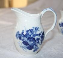 Kunglig Dansk - Porslin - Blå blomster - Gräddsnäcka