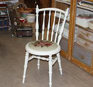 Stol med broderad sits